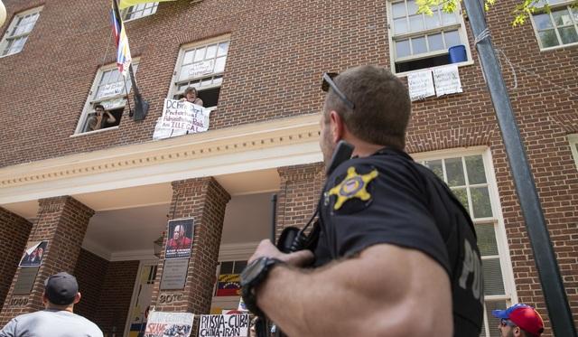 """Những """"người giữ chỗ"""" đặc biệt cố thủ trong Đại sứ quán Venezuela ở Mỹ - 3"""