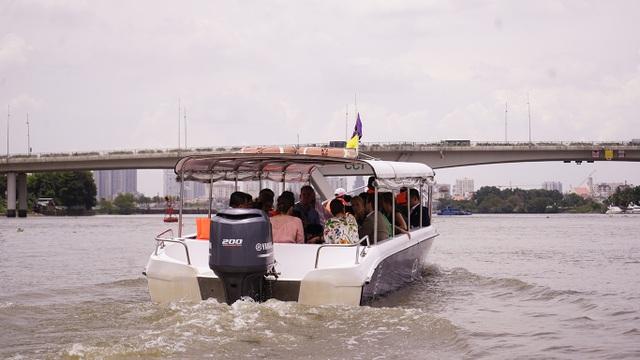 Công chúa Thụy Điển lướt ca nô du ngoạn sông Sài Gòn - 7