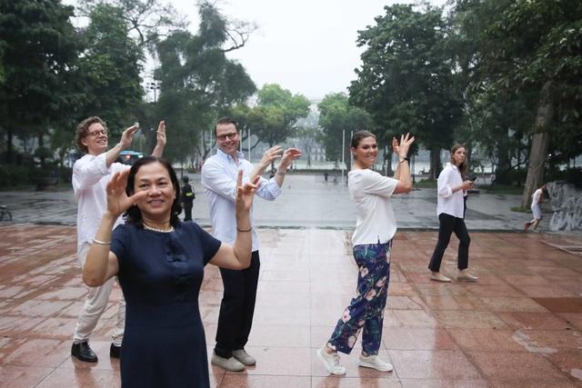 Công chúa Thụy Điển tập thể dục cùng người dân Hà Nội ở Hồ Gươm - 3
