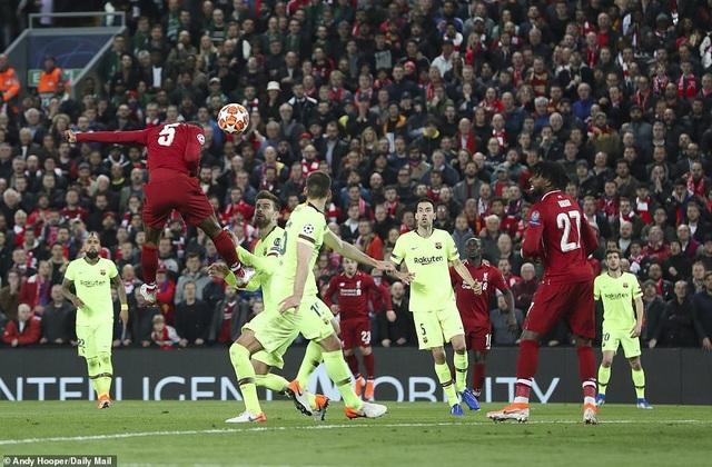 """Những khoảnh khắc kinh điển trong ngày Liverpool """"hủy diệt"""" Barcelona - 10"""