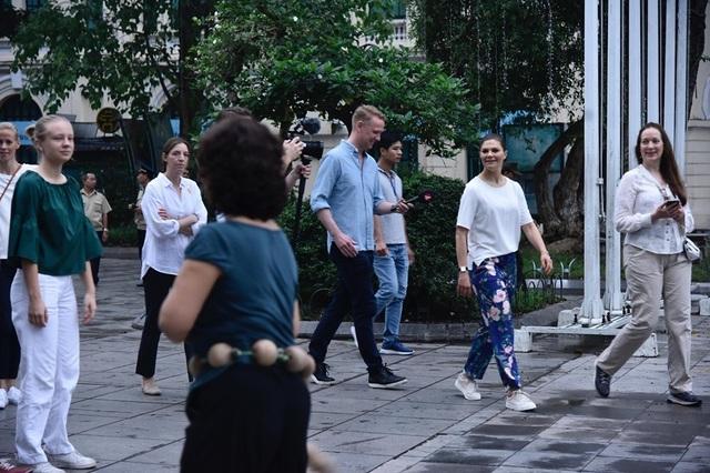 Công chúa Thụy Điển tập thể dục cùng người dân Hà Nội ở Hồ Gươm - 6