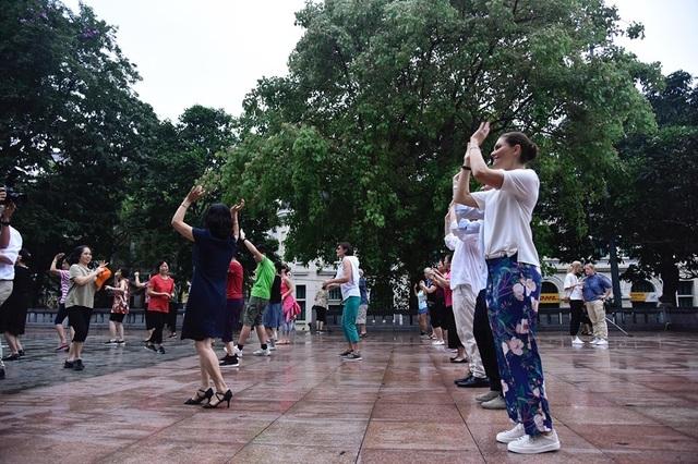 Công chúa Thụy Điển tập thể dục cùng người dân Hà Nội ở Hồ Gươm - 4