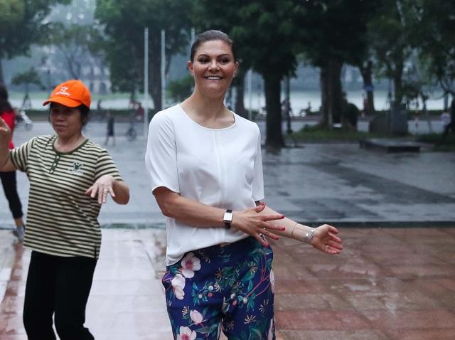 Công chúa Thụy Điển tập thể dục cùng người dân Hà Nội ở Hồ Gươm - 1