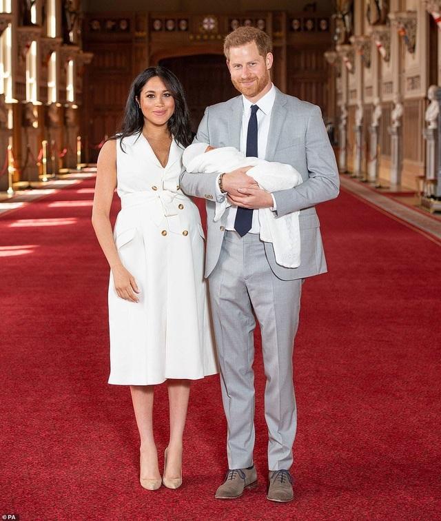 Con trai vợ chồng Hoàng tử Harry lần đầu xuất hiện trước công chúng - 5