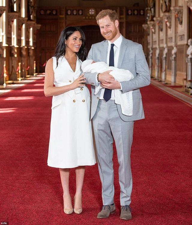 Con trai vợ chồng Hoàng tử Harry lần đầu xuất hiện trước công chúng - 2