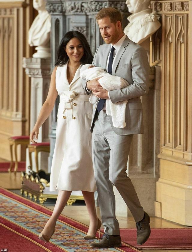 Con trai vợ chồng Hoàng tử Harry lần đầu xuất hiện trước công chúng - 1