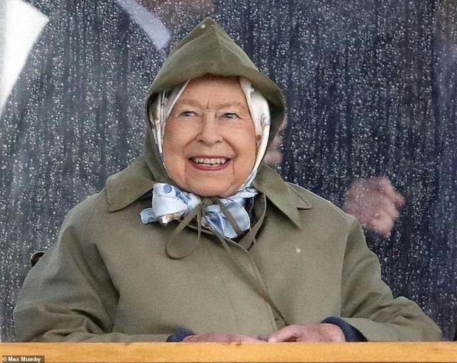 Con trai vợ chồng Hoàng tử Harry lần đầu xuất hiện trước công chúng - 7