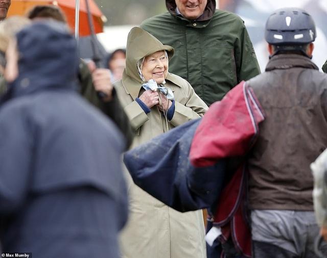 Con trai vợ chồng Hoàng tử Harry lần đầu xuất hiện trước công chúng - 8