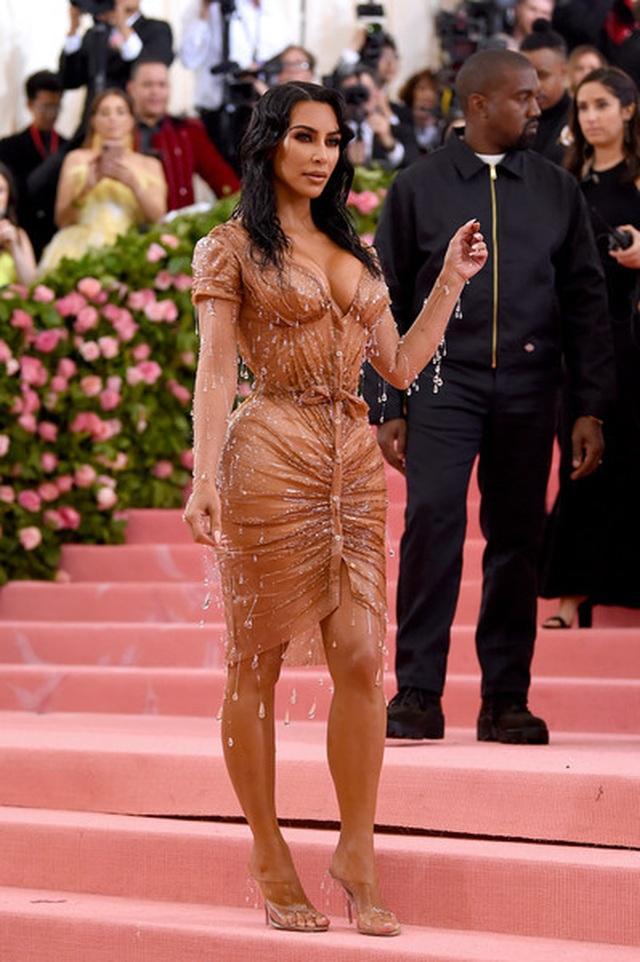 Kim Kardashian thừa nhận không thể ngồi vì váy bó sát - 8