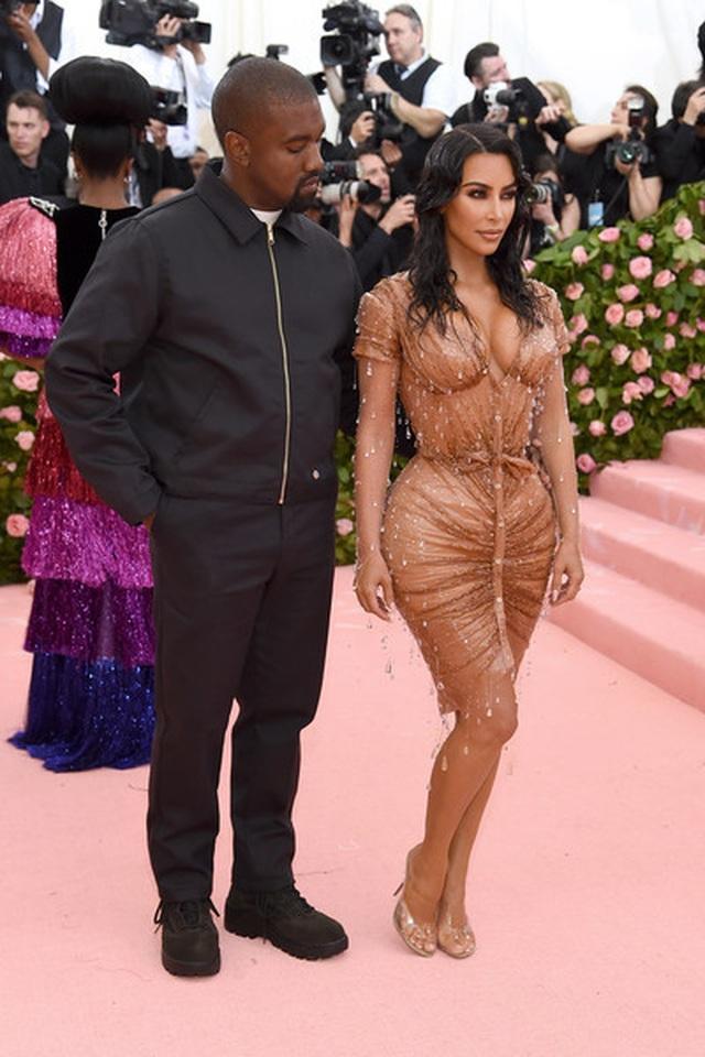 Kim Kardashian thừa nhận không thể ngồi vì váy bó sát - 5