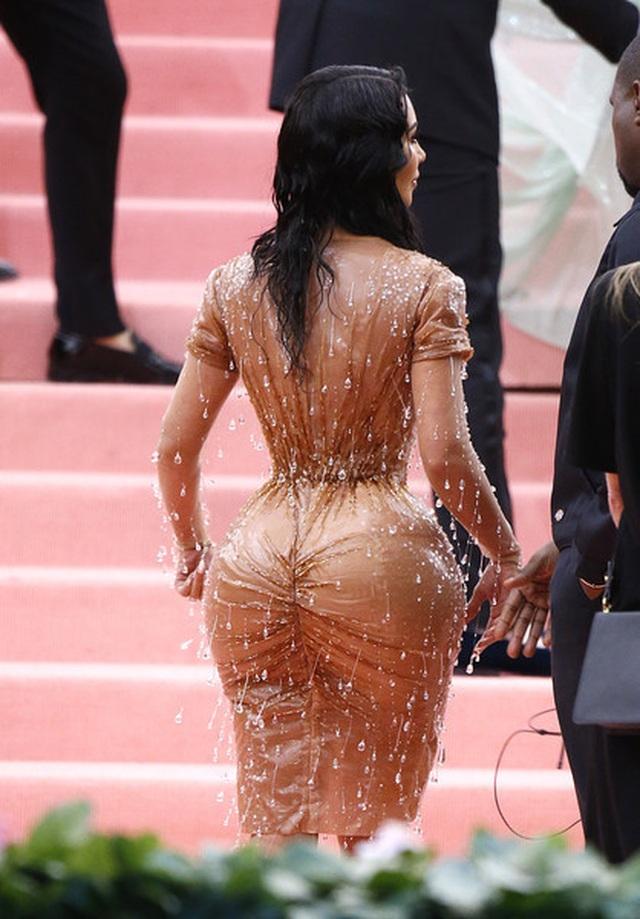 Kim Kardashian thừa nhận không thể ngồi vì váy bó sát - 4