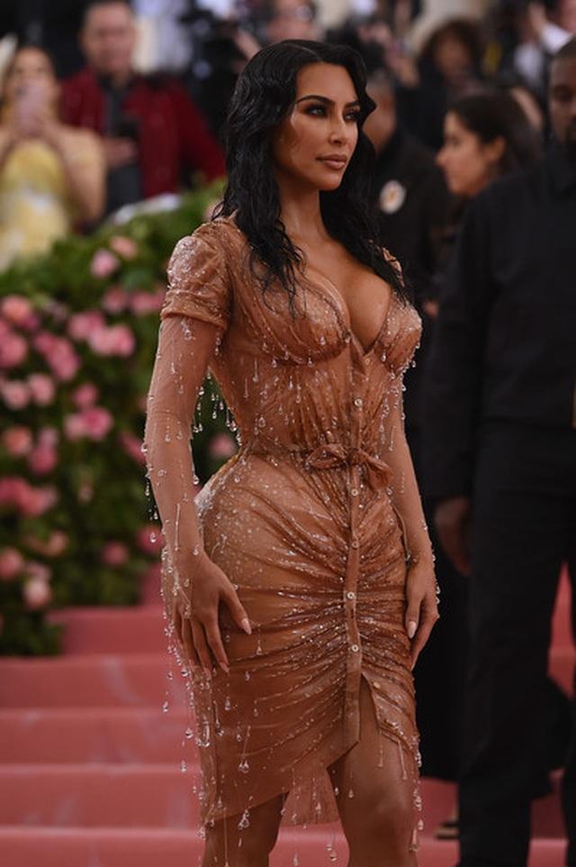 Kim Kardashian thừa nhận không thể ngồi vì váy bó sát - 7