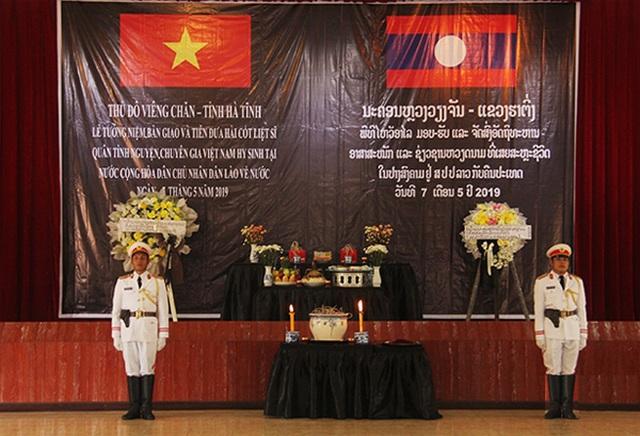 Lễ truy điệu, nhận bàn giao 2 hài cốt liệt sỹ Việt Nam hy sinh tại Viêng Chăn - 1