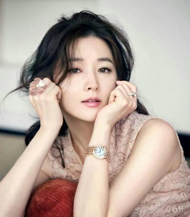 Vẻ đẹp vượt thời gian cùng cuộc hôn nhân bí ẩn bên ông xã hơn 20 tuổi của Nàng Dae Jang Geum Lee Young Ae - 1