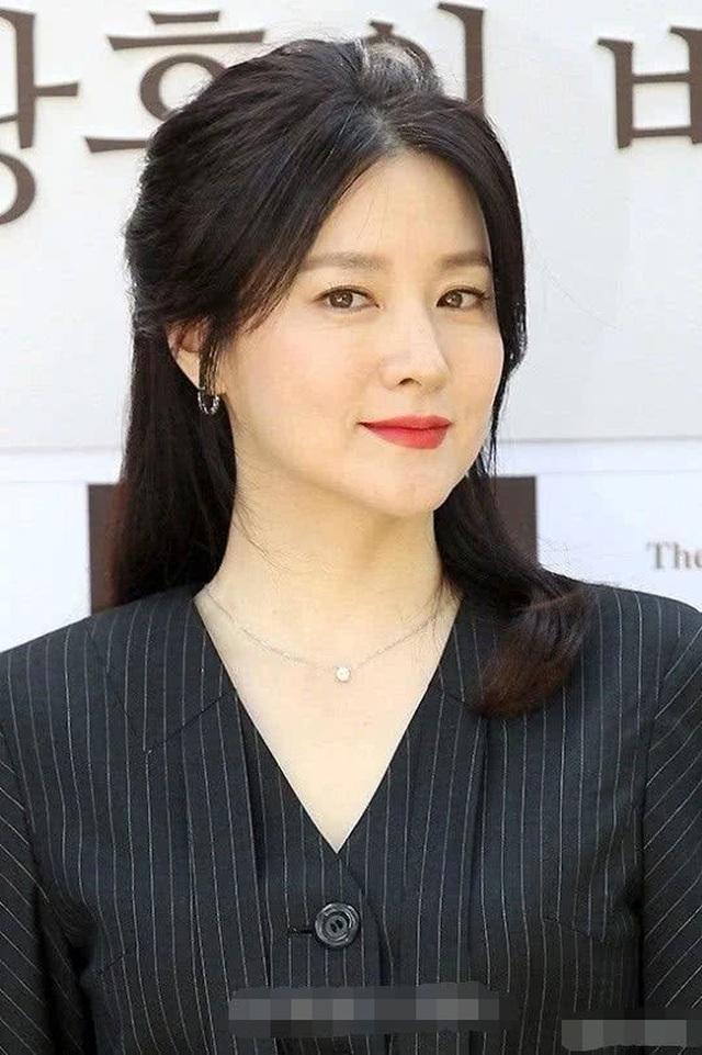 Vẻ đẹp vượt thời gian cùng cuộc hôn nhân bí ẩn bên ông xã hơn 20 tuổi của Nàng Dae Jang Geum Lee Young Ae - 9
