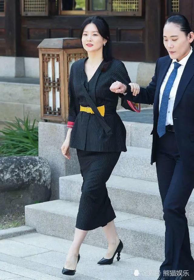 Vẻ đẹp vượt thời gian cùng cuộc hôn nhân bí ẩn bên ông xã hơn 20 tuổi của Nàng Dae Jang Geum Lee Young Ae - 4