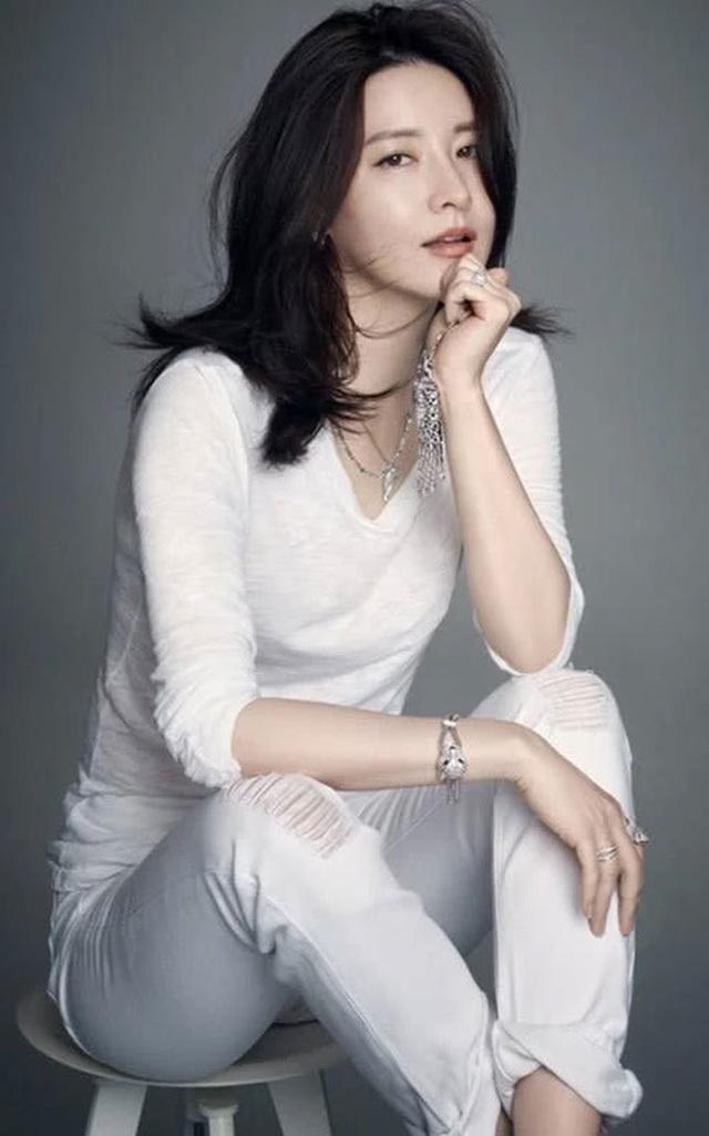 Vẻ đẹp vượt thời gian cùng cuộc hôn nhân bí ẩn bên ông xã hơn 20 tuổi của Nàng Dae Jang Geum Lee Young Ae - 15