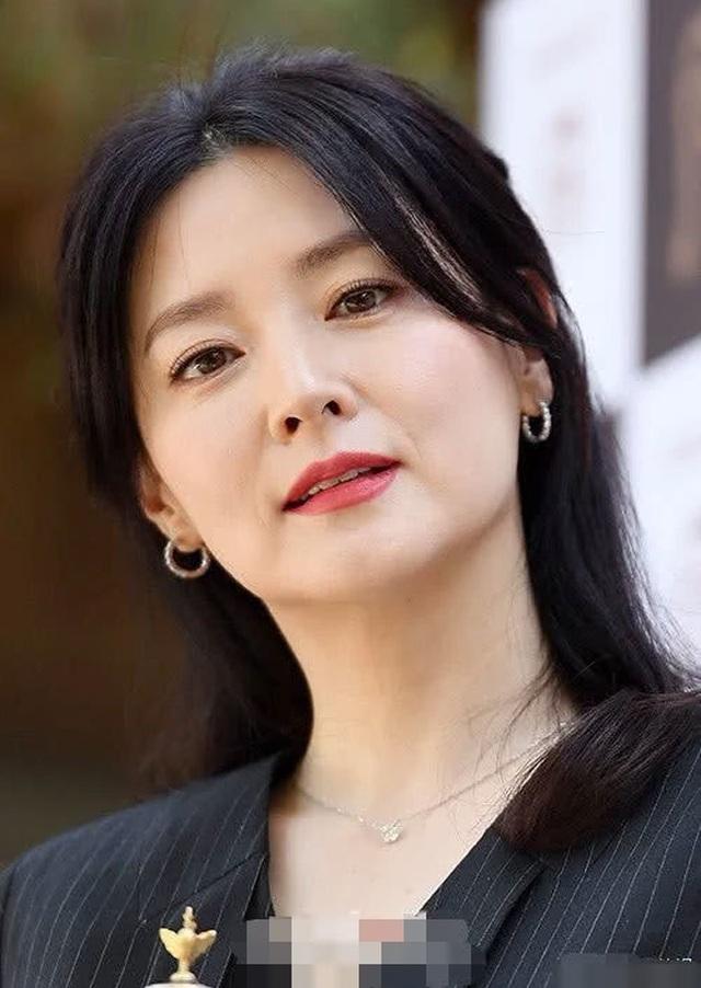 Vẻ đẹp vượt thời gian cùng cuộc hôn nhân bí ẩn bên ông xã hơn 20 tuổi của Nàng Dae Jang Geum Lee Young Ae - 10