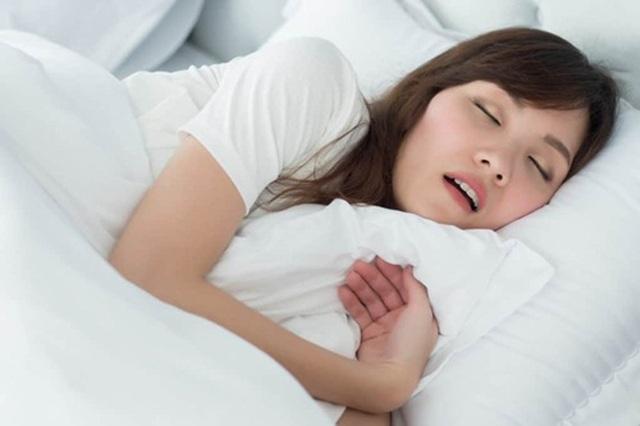Ngủ ngáy, cô gái suýt chút nữa bị bạn trai hại chết vì quá ồn ào - 1