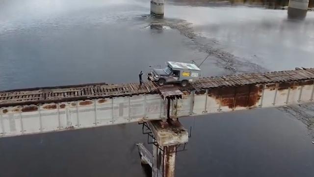 """""""Tim đập chân run"""" khi đi qua cầu lát bằng những thanh gỗ mục nát - 2"""