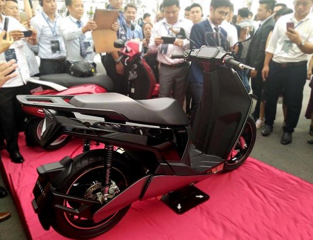 VinFast bất ngờ tung hình ảnh mẫu xe điện thứ hai, trưng bày Lux dùng động cơ V8 - 4