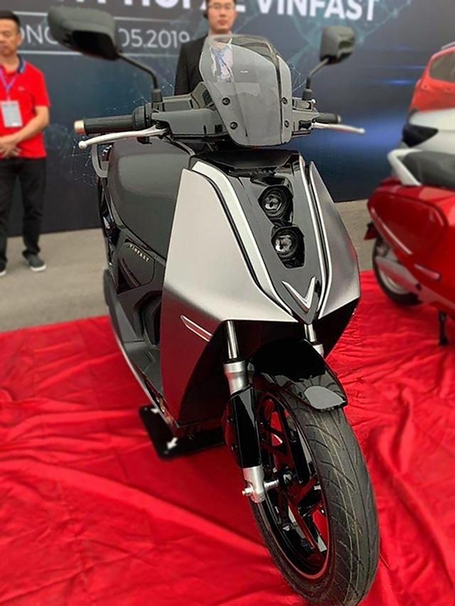VinFast bất ngờ tung hình ảnh mẫu xe điện thứ hai, trưng bày Lux dùng động cơ V8 - 1