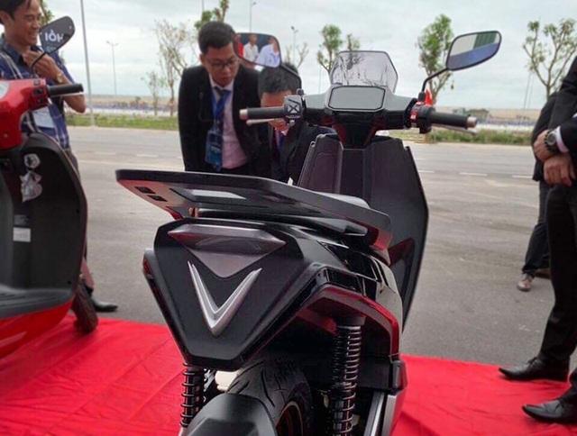 VinFast bất ngờ tung hình ảnh mẫu xe điện thứ hai, trưng bày Lux dùng động cơ V8 - 7