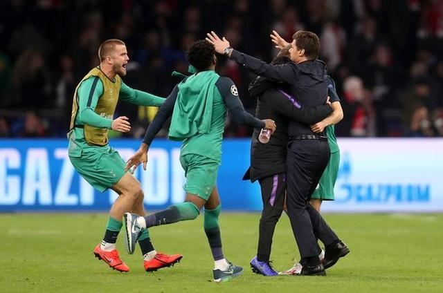 HLV Pochettino bật khóc sau màn ngược dòng khó tin của Tottenham - 2