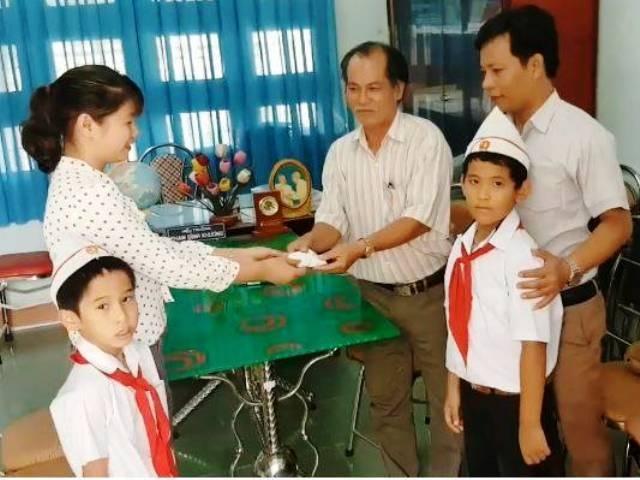 Hai học sinh lớp 3 trả lại vàng, người mua phế liệu xúc động - 2