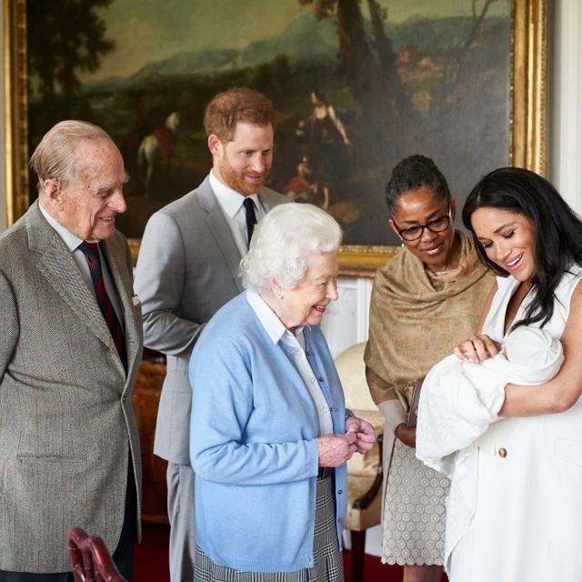 Tên con trai vợ chồng Hoàng tử Harry gây nhiều bất ngờ - 1