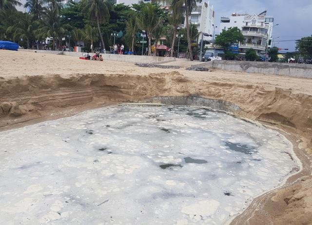 Nha Trang: Bãi biển ô nhiễm nặng khiến du khách chạy mất dép - 1