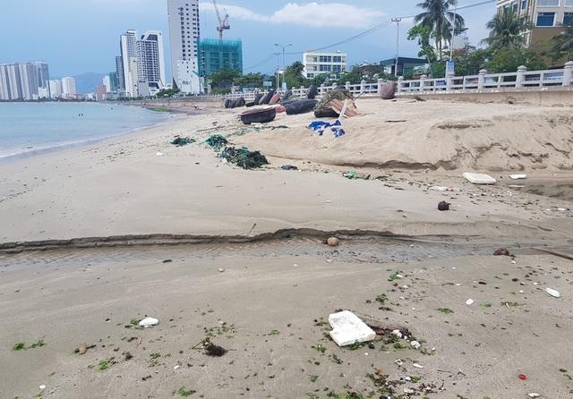 Nha Trang: Bãi biển ô nhiễm nặng khiến du khách chạy mất dép - 6