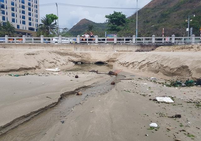 Nha Trang: Bãi biển ô nhiễm nặng khiến du khách chạy mất dép - 5