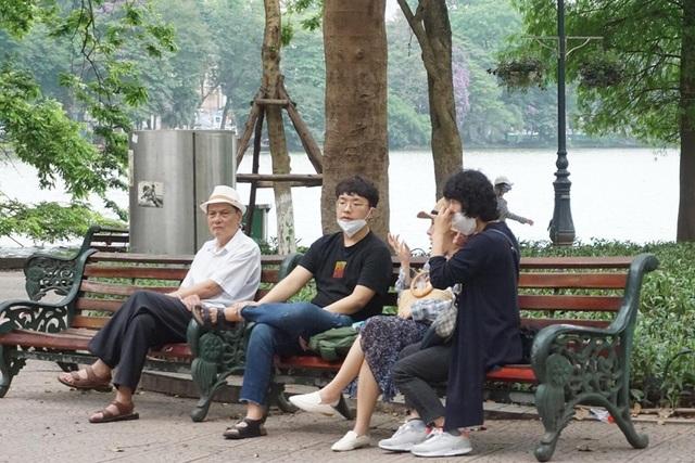 Thời tiết chuyển lạnh đột ngột, người Hà Nội mặc áo rét giữa mùa hè - 10