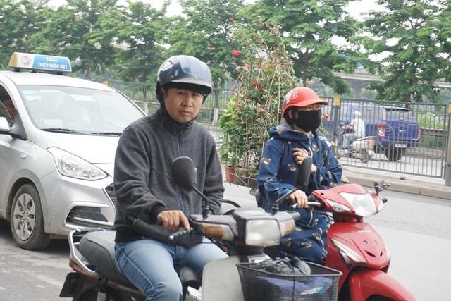 Thời tiết chuyển lạnh đột ngột, người Hà Nội mặc áo rét giữa mùa hè - 2
