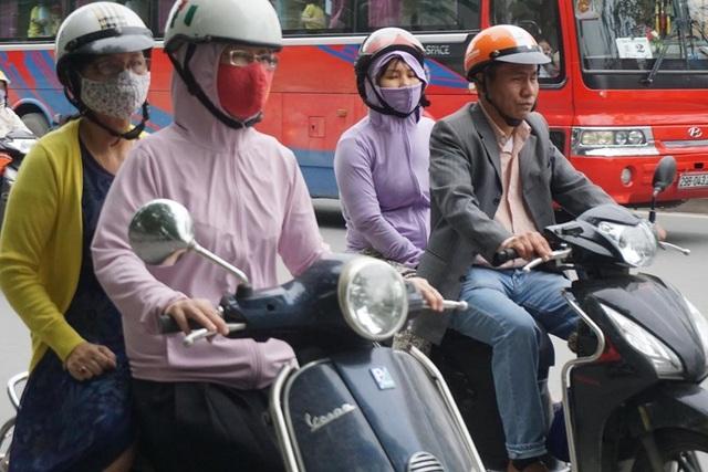 Thời tiết chuyển lạnh đột ngột, người Hà Nội mặc áo rét giữa mùa hè - 4