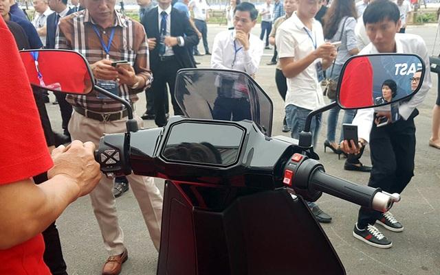 VinFast bất ngờ tung hình ảnh mẫu xe điện thứ hai, trưng bày Lux dùng động cơ V8 - 6