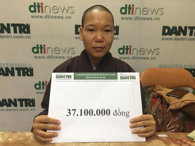 Trao tặng hơn 37 triệu đồng của bạn đọc Dân trí giúp cô bé Thảo bị bỏ rơi ở nhà chùa - 2