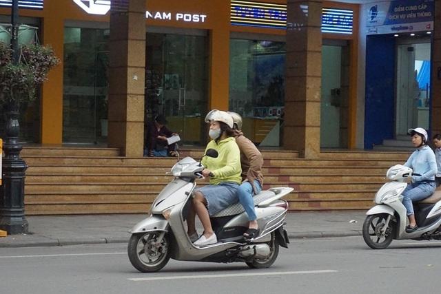 Thời tiết chuyển lạnh đột ngột, người Hà Nội mặc áo rét giữa mùa hè - 7