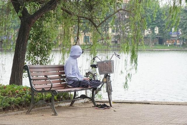 Thời tiết chuyển lạnh đột ngột, người Hà Nội mặc áo rét giữa mùa hè - 8