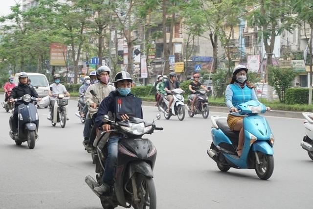 Thời tiết chuyển lạnh đột ngột, người Hà Nội mặc áo rét giữa mùa hè - 12