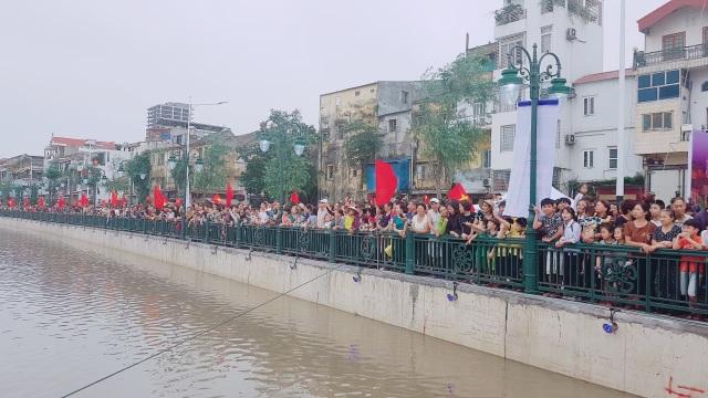 Người dân Hải Phòng đổ xô đi ngắm đàn thiên nga trên sông Tam Bạc - 2