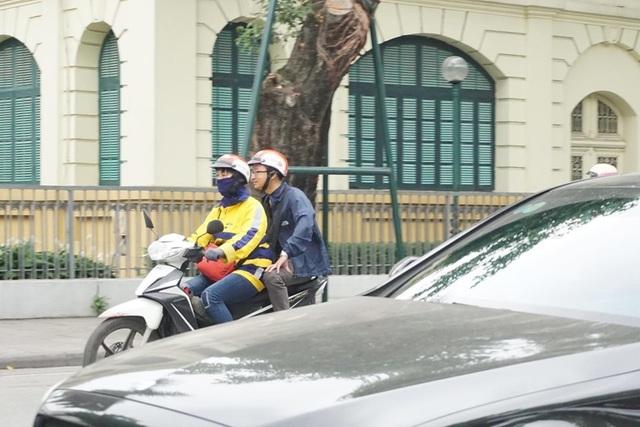 Thời tiết chuyển lạnh đột ngột, người Hà Nội mặc áo rét giữa mùa hè - 5