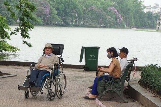 Thời tiết chuyển lạnh đột ngột, người Hà Nội mặc áo rét giữa mùa hè - 9