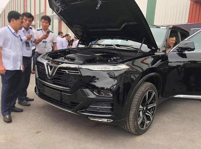 VinFast bất ngờ tung hình ảnh mẫu xe điện thứ hai, trưng bày Lux dùng động cơ V8 - 16