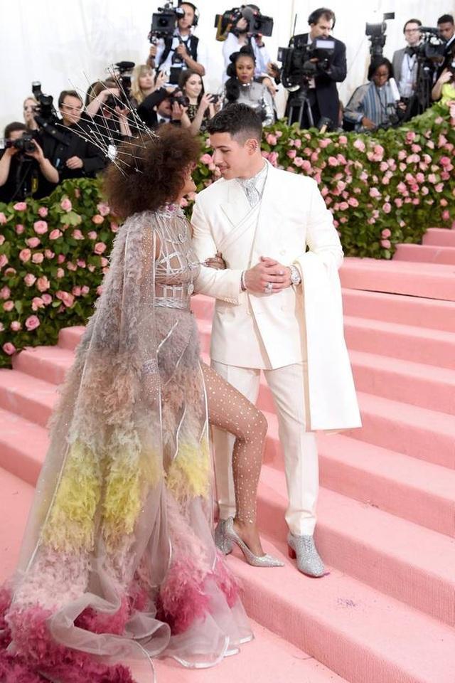 Những cặp đôi hoàn hảo trên thảm đỏ Met gala 2019 - 1