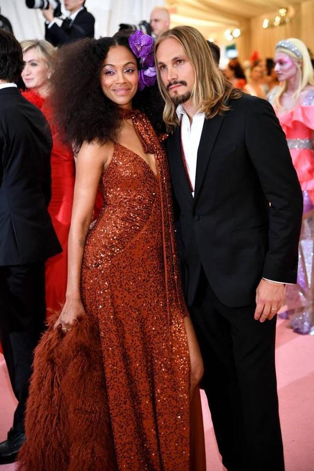 Những cặp đôi hoàn hảo trên thảm đỏ Met gala 2019 - 24