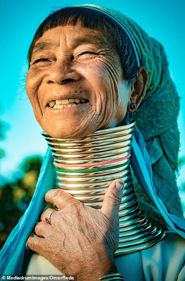 Bí ẩn đằng sau những chiếc cổ dài như hươu cao cổ của phụ nữ bộ tộc Myanmar - 1