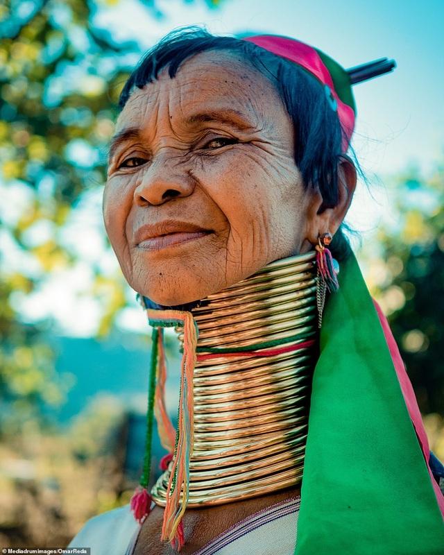 Bí ẩn đằng sau những chiếc cổ dài như hươu cao cổ của phụ nữ bộ tộc Myanmar - 3