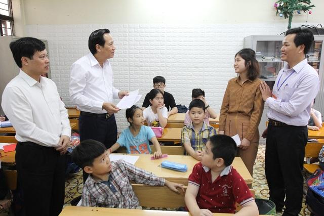 Bộ trưởng Đào Ngọc Dung tặng quà các cháu có hoàn cảnh khó khăn - 1